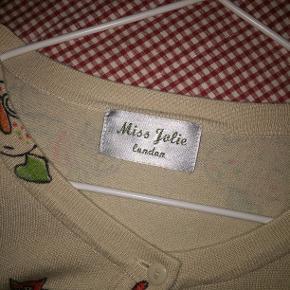 Limited edition cardigan med katte fra Miss Jolie London købt i London 😻   - Skriv hvis du har flere spørgsmål!