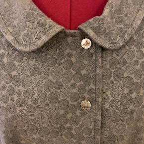 Jeg har båret denne virkelig lækre frakke i ca 1 uges tid, så den er ikke brugt ret meget.  McVerdi oplyser at den er syet i uld.  McVerdi størrelse 2xl = svarende til ca str 48/50.  2xl passer en brystvidde 114-118 oplyser McVerdi også.  Tryklåse har et let slidt udtryk.  Prisen er mindsteprisen.