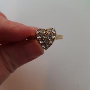 Flot ring med et hjerte med 13 små sten fra Dyrberg Kern.  Str. 4  🙂