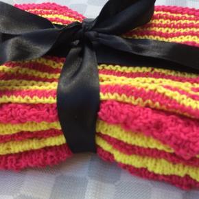 Pakke med 6 vaskeklude strikket i forskellige mønstre. Den stribede har et skjult hjerte strikket ind (skyggestrik) hvis man ser kluden fra den rigtige vinkel. Kludene er 100% bomuld og tåler vask på op til 65 grader. Kludene måler ca. 25 x 25 cm.