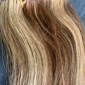Ægte indisk remy extensions i 60 cm Farven er lys karamel striber.  Der følger clips med.  Skriv evt til 30747548