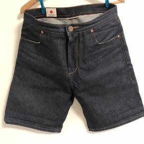 Fede denim shorts fra Han Kbh. De er som nye uden slid osv. Det er en str 32 i livvidde og tro i str. Stand: 9/10 købspris 1500kr. Prisen er med forsendelse via dao