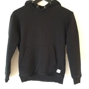 Fin og anvendelig hoodie med brugsspor fra vask,men ellers i god stand