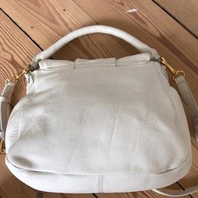 Sælger min Lil' Ukita fra MbyMJ. Brugt en del, ikke som ny, men i god stand. Lidt mærke foran og på bagsiden, men det sker på hvide taske. Se billeder.  Kan ikke huske præcis hvornår har jeg købt den, men den er før 2014.  Højde: 25 cm Bredde 32 cm.  Byttes ikke
