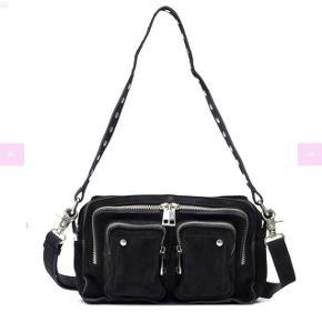 Sælger min nunoo sorte ruskindstaske fra november😊 modellen er Ellie og måler L: 24cm, H: 16 cm og D: 10 cm. Fejler absolut intet  Nypris: 999