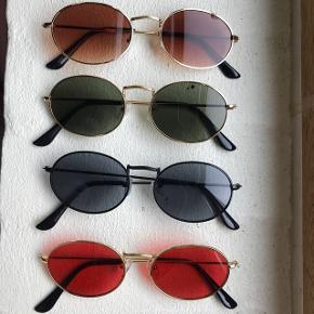 Sælger disse retro round sunglasses solbriller. Har dem i: Guld med brun glas  Guld med grønligt/sort glas Guld med rødt glas Sort med sort glas    Solbrillerne koster: 1 stk. 75 kr plus porto (10 kr) 2 stk. 120 kr plus porto (20 kr) - spar 30 kr  3 stk. 180 kr plus porto (20 kr) - spar 45 kr  De kan også hentes i enten Hørning eller Mårslet  Solbrillerne ligger stadig i original emballage, og er derfor ikke brugt, kun til at vise på billedet