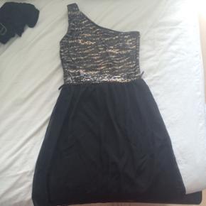 Eller BYD. Super flot kjole fra Sisters Point, str. S. Meningen var at den skulle bruges til nytår, men så fandt jeg en anden, så den er aldrig brugt.
