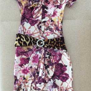 Så smuk kjole i polyester kvalitet.
