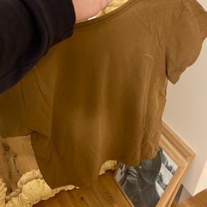 Moss Copenhagen t-shirt i brun/khaki. Str. Small, oversized. Brugt 2-3 gange. Enkelt lille mærke ved armhulen.  * Sælger ud af mit tøj så tjek endelig mine andre annoncer! Ved køb af flere ting gives der rabat.  * Enkelte ting kan også sendes med PostNord hvis dette ønskes, bemærk at det dog er på eget ansvar. Skriv hvis du ønsker PostNord, så finder jeg ud af prisen.