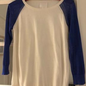 Supercool bluse i viscose i hvid og blå. Fremstår spritny