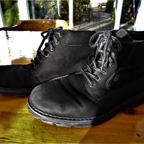 Vinterstøvler, Rieker, str. 43, Sort, Ru læder, Næsten som ny  Pæne sorte støvler kun brugt i en kort periode og uden slid og brugsmærker. Varm foerede. Nypris 798 kr. Porto med DAO uden omdeling , fremme på 2-4 dage Har mobilpay