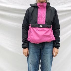 Sort og pink vinterjakke fra NIKE i str. M. Den har været brugt et par gange, men der er ingen tydelige tegn på brug.  Der er for indvendigt og en stor lomme foran.