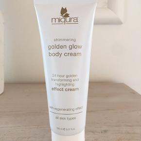 Miqura Golden Glow Body Cream er en 24-timers transformerende creme til kroppen. Den virker meget fugtgivende, og efterlader huden med en ensartet og sund glød. Når cremen kommer ud af tuben ser den hvid ud, men når man så fordeler den ud på kroppen giver den et fint, eksklusivt og bronzefarvet skær. Cremen virker regenererende, har anti-aging effekt, og kan anvendes dagligt. Når man først har oplevet hvilken effektiv denne fantastiske creme har, så kan man slet ikke undvære den igen.  Fordele:  Body cream Anbefales til alle hudtyper Virker meget fugtgivende Giver et fint, eksklusivt og bronzefarvet skær Virker regenererende Med anti-aging effekt Kan anvendes dagligt