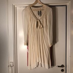 Smuk tunika kjole med justerbar hals så den kan bruges både alm og off shoulders Ærmer og bund er gennemsigtig i silke lignende  stof som giver tunika en eksklusiv look  Kender ikke mærket da den er købt på et eksklusiv sample sale  Kjolen hedder diva