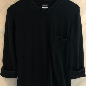 Fantastisk lækker bluse i 100% uld!  Fineste mørkeblå/lilla detalje ved krave og ærmer.  Kan sagtens bruges af en M og en lille XL.  Bytter ikke! Sendes på købers regning.