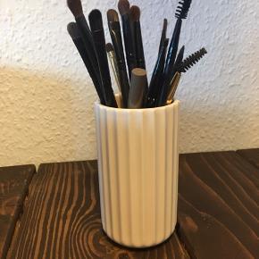 FLYTTE SALG‼️ Lyngby by Hiflinge vase 12 cm brugt til makeup børster  Har 2 stk    ❌Bytter ikke 💵Betaling med Mobilepay  🛍Afhentning på ydre Østerbro 📦Kan sendes på købers regning (OBS: Sender ikke ved køb under 100 kr.)