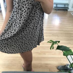 Kjole fra Forever21 (meget kort) men sød med shorts indenunder. Brugt 1 gang købt for 149,-