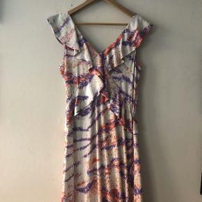 Smuk, klædelig kjole fra Hofmann Copenhagen. Aldrig brugt. Hvide med Rosa og lilla tigerstribet. Falder virkelig flot. Passer S / 36