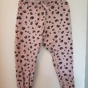 Super behagelige sweat bukser med Leo print. Brugte men ses ikke.