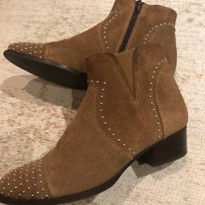 Nye ruskind støvler fra Mentor med guldnitter - kun brugt en gang. Nypris kr. 1.800,- Sælges med pakkeporto og track trace.