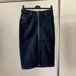 Nederdel med lynlås foran sælges. Brugt max 3 gange.