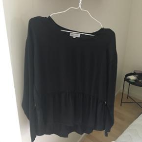 Sælger denne super fine sorte bluse fra Moss Copenhagen, da jeg simpelthen ikke har fået den brugt. Da blusen aldrig er brugt, er standen som ny. - Afhentes i Aarhus C  - Sender forsikret via DAO, køber betaler porto