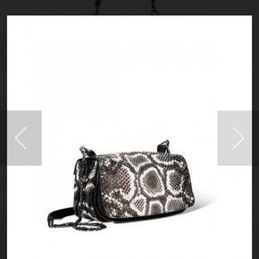 Jerome Dreyfuss håndtaske model Bobi. Helt ny aldrig brugt kommer med dustbag m.m. Modellen hedder bobipy- white og består af 50%.  Nypris 9.999,-
