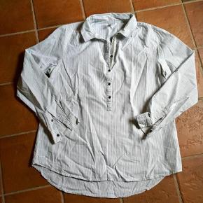 Varetype: Super sød stribet skjorte Farve: Hvid,Lysegrå  BYTTER IKKE