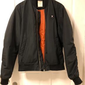 Sælger min sorte Wood Wood bomberjakke str. large da jeg ikke bruger den mere. Lækker jakke i super fin stand. Kom gerne med et bud :-)