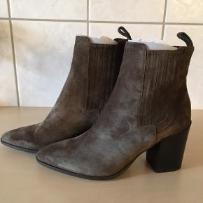 Flotte og lidt rå støvle fra Apair, kraftig hæl på 9 cm, som gør dem dejlig at have på.  Sendes i tilhørende æske.