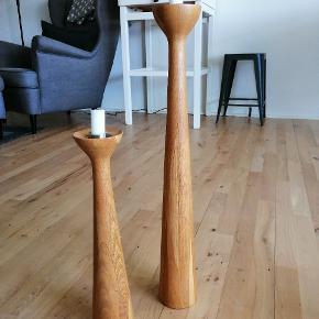 Gulv lysestager i træ mærket New, den store er 60 cm høj og den lave er 40 cm høj, sælges samlet