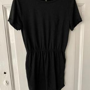 Sælger denne fine kjole fra Magasin med t-shift ærmer.  Ekstatisk i taljen og ikke lomme på brystet.  Måler ca. 78cm fra skulder og ned.  Som ny!! :)   #GøhlerSellout