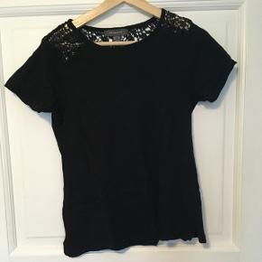 Sød t-shirt med blonder på det øverste af ryggen. Købt i primark.