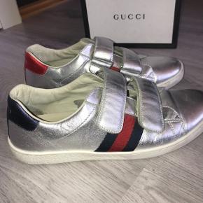 Sælger disse Gucci sneakers i str 36, fitter 35,36 og en 37. Jeg har alt med til dem undtagen kvit. De har fået nogle hakker foran som man kan ses på de sidste billeder, sælges derfor billige, så byd. Np er 2000kr.