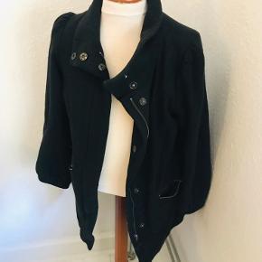Efterårs jakke fra H&M med lynlås og trykknapper. Sidder flot og er varm med en strik under. Der er lommer i siderne og den er pæn og velholdt.