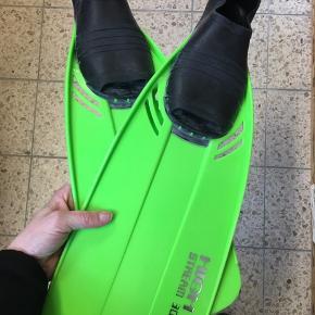 Hvis du mangler et par gode svømmefødder til svømmetræningen så se her! 🙋🏼♀️  Skal du dykke så er de perfekte   Grønne svømmefødder/dykkerfødder i størrelse 39-41 sælges   Grøn badehætte medfølger i købet ☺️  Svømning - træning - vand - vandsport