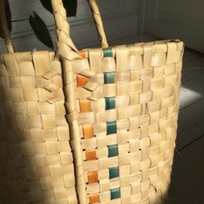 Stort flettet net fra Cuba.Perfekt størrelse til indkøb, strandtur osv. Man kan netop lige få stroppen op på skulderen, hvilket er rart når den fyldes med tunge gode ting :)