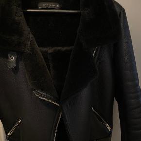 Super fin og dejlig varm jakke til vinteren. Har faux fur indvendigt som ikke er blevet nusset, men holder godt. Kostede 999,- i sin tid, sælges billigt. Kan afhentes i Nivå eller sendes på købers regning