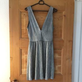 Sølvfarvet divided kjole str 40. Ikke brugt - nypris 199 kr.   Tjek også mine mange andre annoncer - der gives mængderabat ved køb af flere ting.