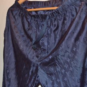 Louis Vuitton Monogram Trackpants Størrelse 36 (adjustable waistband fitter 30-32) Aldrig brugt - 10/10 condition Original pris er 6000 kr  Skriv til mig inden du køber!