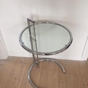 Vintage Eileen Gray stil's ((model E1027, originalt designet i 1927)...sidebord i krommetal, justerbart i højden, bordet er et af de mest populære design ikoner fra det 20ende århunderede, bordplade i klart glas, fuldt intakt, inden ridser eller skår, krom også i super fin stand... H94-62cm x Dia 51/46.... gerne mobilpay eller kontant ved afhentning