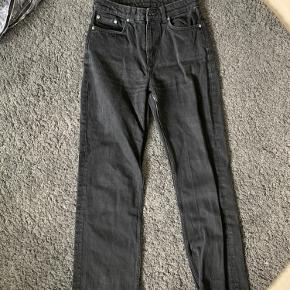 Sælger mine sorte weekday jeans, de er blevet lidt lysere i vask, men dette kan ikke undgås. De er en str 27/30, og er blevet lidt for små til mig, bruger normalt str. 36 i jeans
