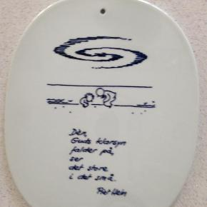 Varetype: Antikvitet Størrelse: 24x12cm Farve: Hvid Prisen angivet er inklusiv forsendelse.  Originale, nummerede Piet Hein Gruk platter. Samle-objekt.  Gruk fra hhv. 1941, 1958, 1959.    Pris er per stk.