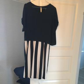 BYD! Kjole i lækkert stræk som nemt kan give sig. Jeg brugte den som gravid.  Knælang på mig (170 cm høj) Løse ærmer.