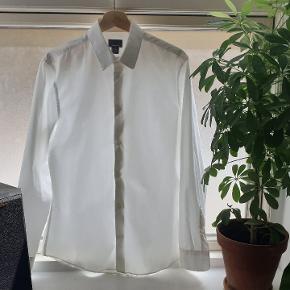 En lækker hvid skjorte, der er i Premium cotton. Oplagt til sommerbrylluppet. Sælges kun fordi jeg ikke kan passe den længere.