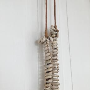 smuk lang halskæde med skaller muslinger fra Malene Birger, sælges for 200 inkl porto som forsikret pakke med GLS.
