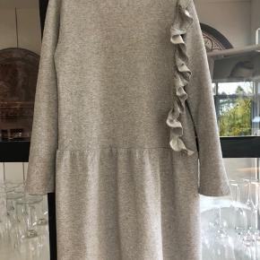 Fineste kjole i glimmer/grå. Brugt meget få gange. Perfekt stand.  Fra SS19 kollektionen. Nypris: kr 625,-  Køber betaler evt porto og gebyr Handler gerne mobilepay