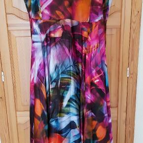 Kirsten Krog. KK Luxury Lang smuk kjole, med 2 glatte underkjole, der får det yderste 100 %  silkelag til at falde smukt.  Min pris er fast, kjolen kan købes til 3599 ellers😉