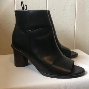Smukke sandaler i støvle-look Farve: Sort Super smukke. Brugt kort en gang.