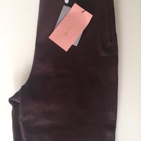 Virkelig lækre skind-leggings fra Fine Cph i den flotteste bordeaux! Helt nye med tags - normalpris 2995,- KUN ET PAR TILBAGE i XS - 1200,-